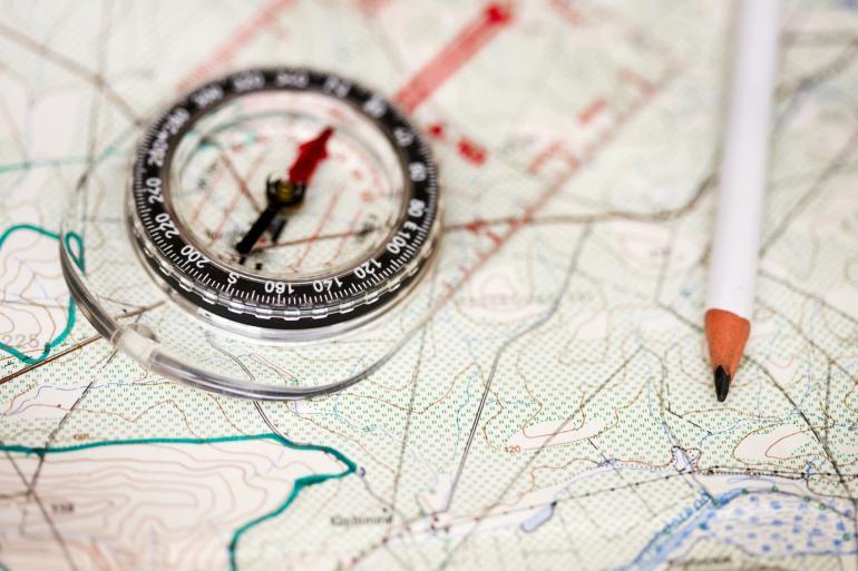 Carte et boussole pour partir seul en montagne